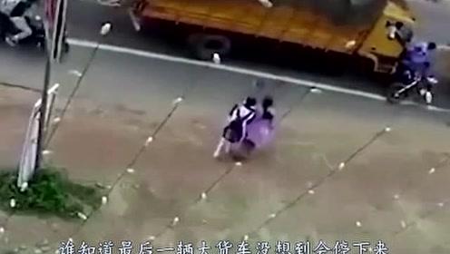 两摩托男子惨被大货车夹击,逃出生天的那一刻,揪着的心终于放下
