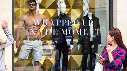 肌肉男有多受欢迎?当他扮成模特站在橱窗里,人们的反应太真实