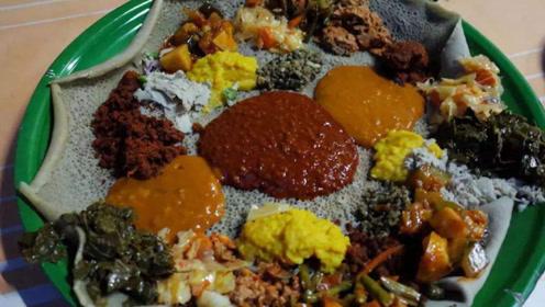 中国小伙品尝非洲传统小吃英吉拉,一卷卷的就像湿抹布,味道却不错