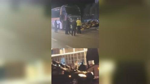 大巴车撞断限高杆 恰行小轿车被砸中司机死亡