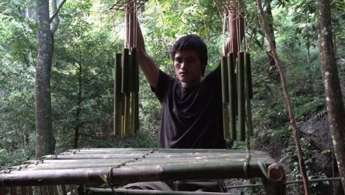 小伙丛林生存,用竹子打造一张桌子和风铃,挂在庇护所小屋的门前