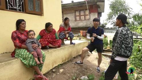 尼泊尔是最不发达国家之一,中国小哥深入当地农村,和村妇们聊天