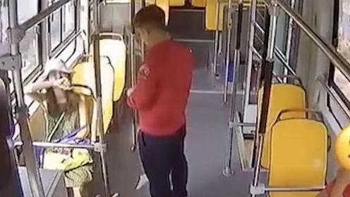 女孩失恋后在公交车上哭泣,司机安慰后豁然开朗:我可以抱抱你吗?