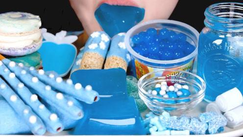 小姐姐吃蓝色甜品大餐,全是网络流行的零食,大口吃尽享甜蜜!