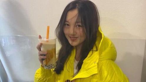 李嫣身着黄色外套笑容明艳 喝到奶茶超开心