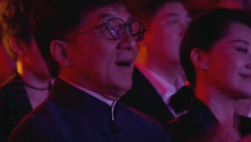 李克勤再唱经典《红日》,台下全部明星认真听歌,连成龙都在跟着唱