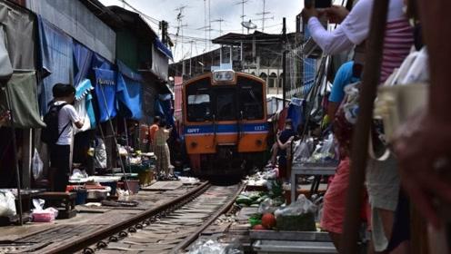 泰国美攻铁道市场,当地人在火车道上摆摊,真不怕危险?
