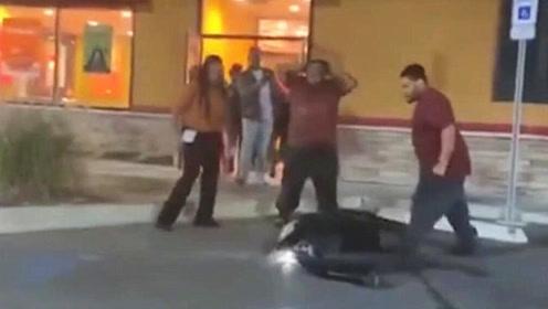 美国餐厅店员抱摔女顾客 致其身体多处骨折
