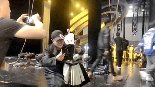 陈思诚带儿子看佟丽娅舞台剧 朵朵依偎爸爸怀里乖巧可爱