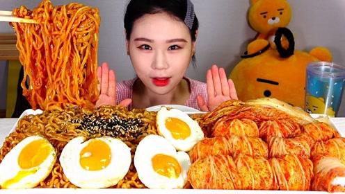 趣味吃美食:吃美味面条 泡菜 荷包蛋
