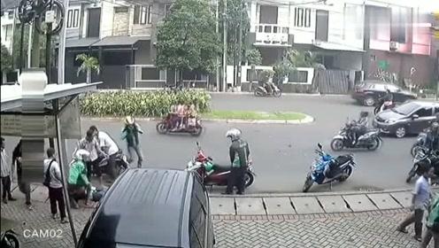 摩托车相撞,戴安全帽的倒地不起,不戴的反而没事,真怪了
