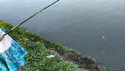3岁小女孩河边钓鱼,本以为只是玩玩,看到结局后才知道错了