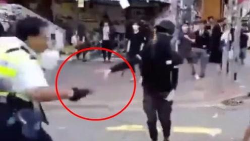 现场!港警被迫开枪击倒试图袭警夺枪的暴徒 民众在一旁鼓掌加油
