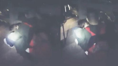 父爱如山!黄山景区玉屏索道突遇故障 父亲怀抱孩子一步步挪下台阶