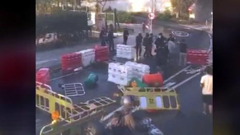 激进示威者以杂物堵路 香港市民被逼反抗驱散堵路暴徒