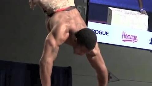 他的双腿在地表以下,上半身肌肉炸天,但下半身才是他的骄傲