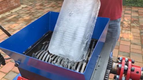 一大块冰塞进粉碎机中,这场面看着无比酸爽!