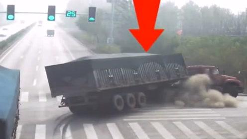 农村人开三轮车抢红灯,结果被正常行驶的大货车撞上了,害人害己!