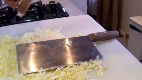 外国人做菜用十几把刀,中国厨师却只用一把,看到菜明白差距了