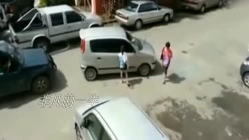 女司机乱停车!两个司机坐等半小时!忍无可忍砸车!