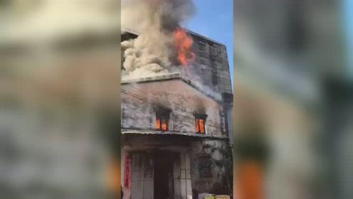 突发!广东惠东一栋两层老房屋起火 凶猛火势窜出楼顶