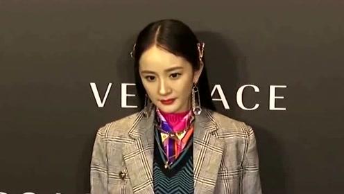 杨幂出席活动身穿个性运动装,画浓密眼线戴美瞳化身酷女孩