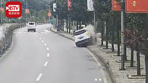 刹车靠大树!疲劳驾驶撞倒路灯又撞树 警方看完监控认定全责