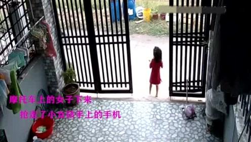 年轻小女孩独自站家门口,一男子骑车逐渐靠近,意想不到的一幕发生了