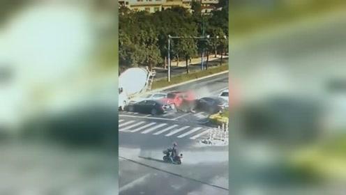 小车路口失控飞撞等红绿灯的4辆车 多车遭毁容现场惨烈