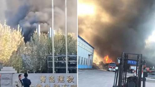 """山东青岛一电子公司厂房起火 浓烟如沙尘暴""""铺天盖地"""""""