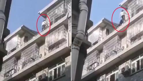 女子与男友吵架站楼顶欲轻生 频做危险动作引人尖叫