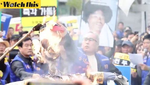 韩国市民在前总统全斗焕家前集会 烧人偶要求拘留全斗焕