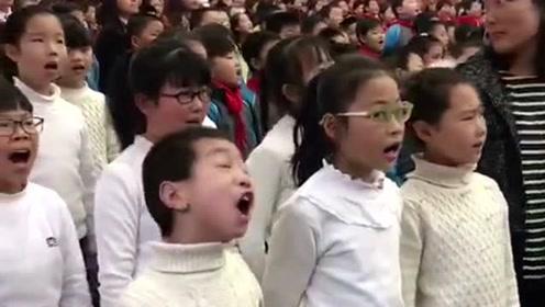这小伙简直就是个表情帝,全程都在用表情唱歌,原谅我不厚道的笑了!