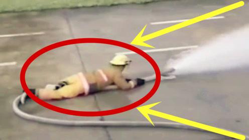 太震撼了!消防员为了稳住消防栓,整个人在地上不停摩擦