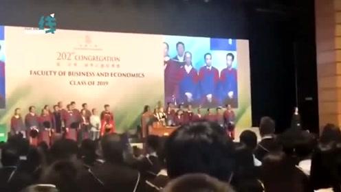 香港大学毕业典礼上毕业生齐声高唱国歌 现场震撼人心!