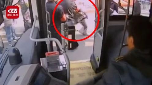 猥琐男公交偷拍女性裙底 试图逃跑被司机和乘客集体拦住
