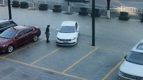 开车看技术 停车看人品 给这位大姐整体打8分