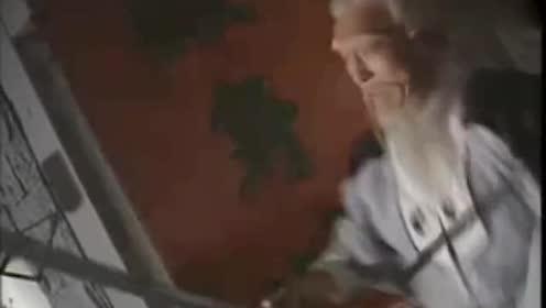小伙为了说服老者跟自己!以布代剑赢了老者!老者心服口服!