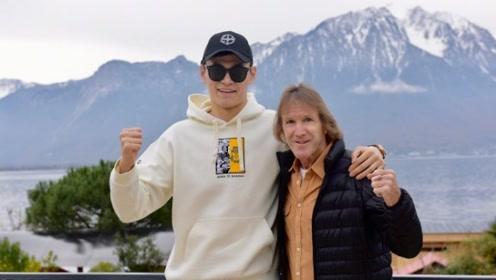 听证会临近孙杨抵达瑞士 与教练丹尼斯合影心情好