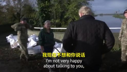 """约翰逊看望英国洪水受灾民众遇尴尬,被怼""""不想和你说话!"""""""