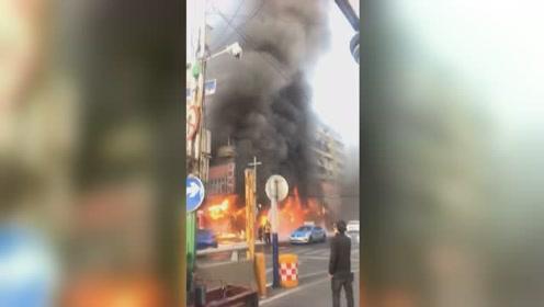 安徽蚌埠门面房起火多次爆鸣 现场救出25人 已有5死3伤