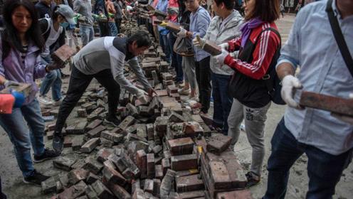 场面感人!清晨,香港市民自发清理路障