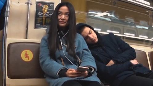 老外地铁恶作剧,假装睡觉往陌生人身上靠,路人反应让人心酸!