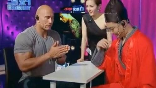 过瘾!中国小伙与强森掰手腕被秒杀,小伙一句话让对方彻底懵了!