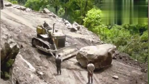 这么大的石块都能推向谷底,这台推土机真是给力