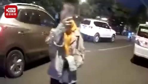 """驾车闯红灯被拦下处罚 女子开直播骂交警""""不要脸"""""""