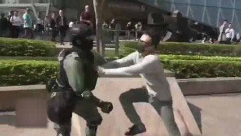 """痛快!香港暴徒企图袭警 不料遭阿Sir一招""""反杀""""就地制服"""