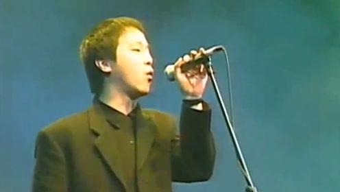 窦唯简直了!华语乐坛唯一一个穿西装唱摇滚的男人,现场太燃了
