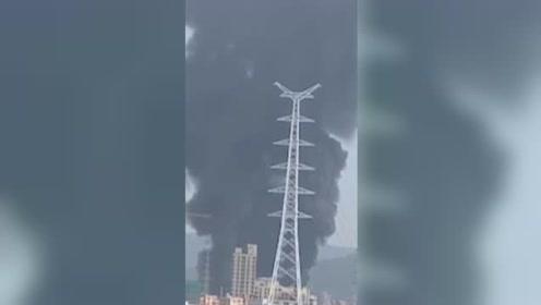 广州一工厂突发大火,现场火势猛烈浓黑烟冲天