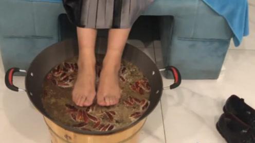 重庆渝中一家店推出用铁锅泡脚,材料是火锅底料,引网友热议!
